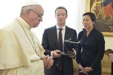 Mark Zuckerberg offre au pape François... un drone