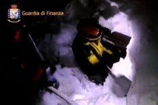 Un hôtel italien dévasté par une avalanche, de nombreux morts