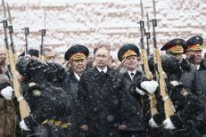 Vladimir Poutine sous la neige pour le jour du défenseur de la patrie