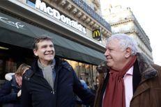 Arnaud Montebourg et Gérard Filoche en campagne au McDonald's
