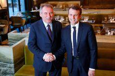 François Bayrou et Emmanuel Macron, la poignée de main qui officialise l'alliance