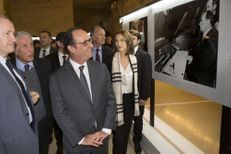 Hollande célèbre Mitterrand à l'exposition Paris Match