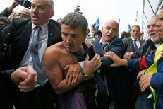 """""""Chemise arrachée"""" à Air France: 2 à 4 mois de prison avec sursis requis"""