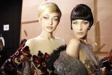 Gigi Hadid frôle la chute à la Fashion Week de Milan