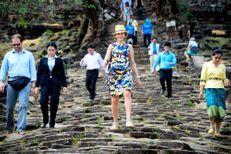 Baskets et chapeau de paille, Mathilde fait du tourisme au Laos