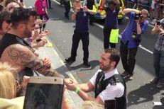 Un policier demande son compagnon en mariage pendant la gay pride
